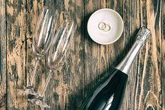 Святой влюбленности концепции стекел шампанского свадьбы деревянный деревенский ретро Стоковые Изображения