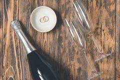 Святой влюбленности концепции стекел шампанского свадьбы деревянный деревенский ретро Стоковые Фотографии RF