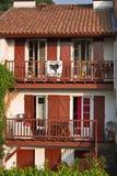 Святой Джин Пестрый de Порт, Франция - 14-ое июля 2013 - типичный баскский дом здания архитектуры с штарками и деталями красного  Стоковое Фото