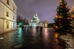 Святой монастырь Danilov на Рожденственской ночи стоковое изображение