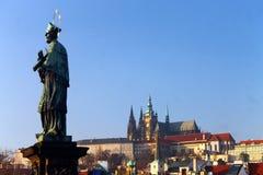 Святой над Прагой стоковая фотография rf