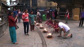 Святой огонь на улицах Катманду в Непале акции видеоматериалы
