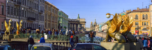 святой petersburg России моста okhtinsky Апрель 2015 Скульптура грифона с gi Стоковые Фото