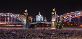 святой petersburg России моста okhtinsky Взгляд ночи рождества на реке во время замерзать, мосте Neva Петра I также известном как стоковые фото