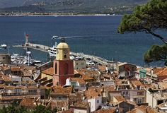 Святой Tropez, взгляд на заливе St Tropez с церковью прихода, Cote d'Azur, южным франция Стоковое фото RF