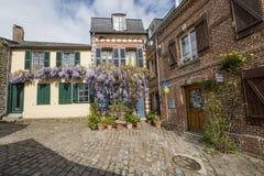 Святой Valery Sur Сомма Франция, 26-ое апреля 2017: типичные дом и пансион стоковая фотография