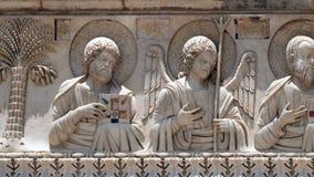 Святые и ангелы, украшение баптистерего, собор в Пизе стоковое изображение