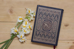Святые книга и daffodils Корана на деревянной предпосылке ramadan Стоковые Фото