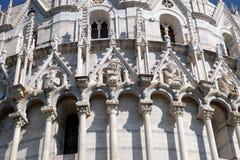 Святые, architrave украшения баптистерего сгабривают, собор в Пизе стоковые фотографии rf