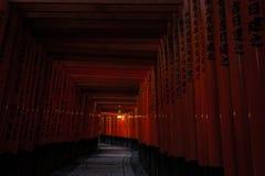 Святыня Киото Fushimi Inari (Fushimi Inari Taisha) - тропа тоннеля стробов Стоковые Изображения