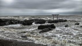 Святыня Torii Oaraii Isosaki в море с штормом Ibaraki Стоковые Изображения