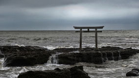 Святыня Torii Oaraii Isosaki в море с штормом Ibaraki Стоковое Изображение