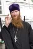 священник благословением Стоковые Фотографии RF