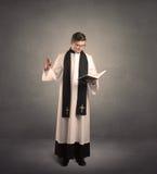 священник в давать его благословение Стоковые Изображения