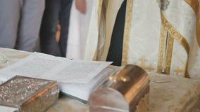 Священник декламирует молитву и пересекает во время ритуала сток-видео