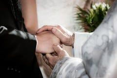 Священник держа пар youg благословением руки стоковое фото rf
