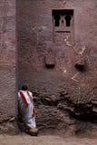 Священник моля внешнюю церковь в lalibela эфиопии Стоковое Изображение