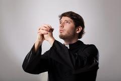 Священник молит стоковая фотография