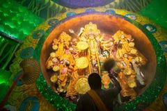 Священник моля к богине Durga, торжеству фестиваля Durga Puja Стоковые Фотографии RF