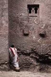 Священник на старой христианской православной церков церков в lalibela Эфиопии Стоковое Изображение RF