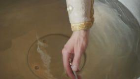 Священник пересекает воду в шрифте перед ритуалом крещения видеоматериал
