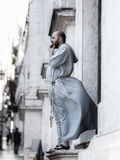 Священник смотря снаружи в городе stressfull Лиссабона Стоковые Фотографии RF