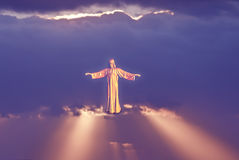 Священные статуи сердца над фиолетовым небом Стоковые Фото