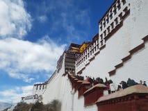 Священный дворец Potala, чистая земля для 10 тысяч паломников стоковые изображения