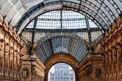 Сгабривая крыша стекла и литого железа Galleria Vittorio Emanuele II в Милане, Италии стоковые фотографии rf