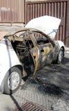 сгорели автомобиль вне Стоковое Изображение