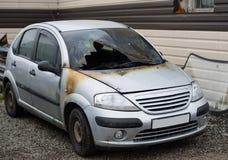 Сгорели вне покинутый автомобиль Стоковая Фотография