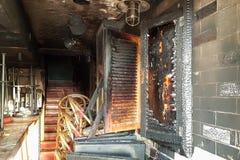 Сгорели вход к бару, сломанные окна, нападение запойных хулиганиь Стоковые Фотографии RF