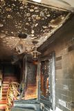 Сгорели вход к бару, сломанные окна, нападение запойных хулиганиь Стоковая Фотография RF