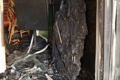 Сгорели вход к бару, сломанные окна, нападение запойных хулиганиь Стоковое Изображение RF