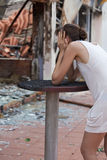 сгорели женщина дома вне Стоковые Фотографии RF