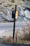 Сгорели, который не вписывает знак с дорогой на заднем плане Стоковое Изображение