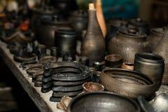 Сгорели черная керамика Сгорели глиняные горшки и плиты, блюда - изображение стоковые фотографии rf