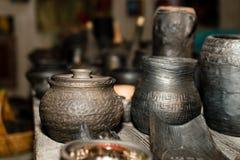 Сгорели черная керамика Сгорели глиняные горшки и плиты, блюда - изображение стоковое фото