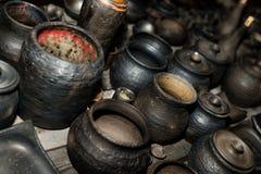 Сгорели черная керамика Сгорели глиняные горшки и плиты, блюда - изображение стоковые изображения