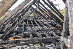 Сгорели щипец здания стоковое изображение rf