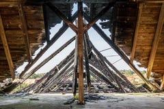 Сгорели щипец здания стоковые фотографии rf