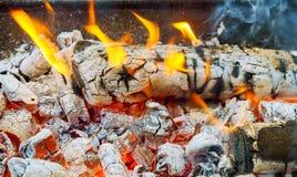 Сгоренная деревянная и яркая предпосылка темноты пламен Стоковое фото RF