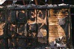 Сгоренный вниз с парка частного деревянного дома внешнего стоковое фото rf