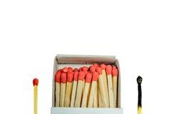 Сгорели спичка и красная коробка спички и открытых спичек изолированных на белой предпосылке Стоковые Изображения