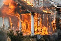 сгорите вниз дом пожара Стоковые Фотографии RF