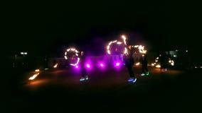 Сгорите выставку Группа в составе профессиональные художники выполняет разнообразие объекты огня Выполненные мальчики и девушки т видеоматериал