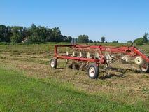 сгребалка сена поля как раз сгребла сидеть Стоковое фото RF