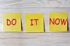 Сделайте его теперь написанное на липком примечании на деревянной предпосылке стоковое фото rf
