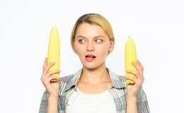 Сделайте здоровый выбор Вегетарианский продукт Практика девушки есть только или главным образом еду сырую и unprocessed Фермер же стоковая фотография