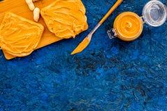 Сделайте здравицу с затиром гайки 2 toastes, нож и стекла раздражают с затиром гайки, гайками на голубом космосе экземпляра предп Стоковые Фото